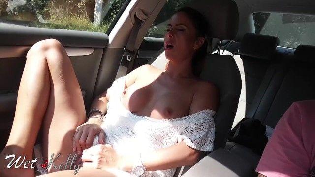 Una vera hotty dilettante si masturba in macchina per le strade della città.wetkelly