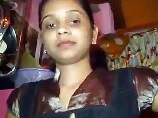 Zia indiana che mostra grandi tette in camera