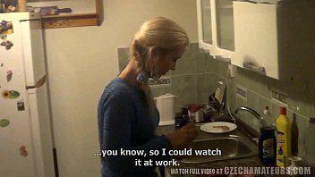 Questa casalinga lussuriosa sta sbattendo la servitù casalinga non professionista