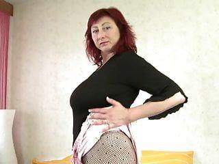 Mamãe mais velha com seios muito grandes pegando um dong jovem